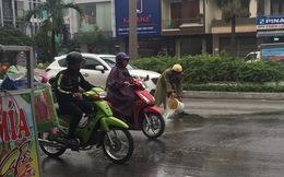 Nhiều người dân cảm kích dừng xe sau hành động đẹp của CSGT Đà Nẵng giữa cơn mưa
