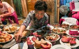 """Gần 100.000 đồng/đĩa nhưng cơm tấm bà Bảy """"lưỡi lam"""" 30 năm vẫn hút khách Sài Gòn mỗi đêm"""
