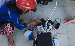 Hình ảnh ấm áp sau bão số 12: Các trung tâm điện máy mở cửa, mời người dân đến sạc điện thoại miễn phí
