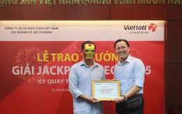 Khánh hàng 'tình cờ' mua vé số Vietlott khi trú mưa nhận thưởng hơn 100 tỷ đồng