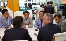 Lần đầu tiên, có một thương hiệu Việt Nam mang điện thoại của mình sang Dubai để bán cho người tây?