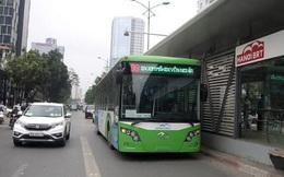 Buýt nhanh BRT bị xe con tạt đầu, tông vỡ toang cửa
