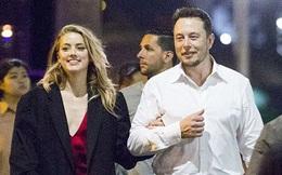 """""""Iron Man"""" Elon Musk cũng có lúc ga lăng và tình cảm với người đẹp thế này đây!"""