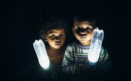 Chỉ với 1 chai nước nhựa bỏ đi, đây là cách giúp cho 1 tỷ người trên thế giới có điện thắp sáng