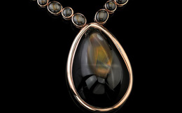 Viên đá sapphire ngôi sao lớn nhất thế giới được đặt theo tên Angelina Jolie