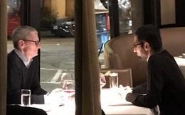 """Lần đầu tiên CEO Apple và Google bị bắt gặp """"hẹn hò"""" bí mật: Họ đã trò chuyện những gì?"""