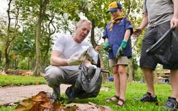 Đại sứ Hoa Kỳ Ted Osius nhặt rác cùng 1.000 bạn trẻ