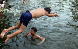 """Hà Nội: Người dân góp tiền cải tạo ao làng ô nhiễm thành """"bể bơi khổng lồ"""" miễn phí cho trẻ nhỏ"""