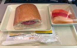 """Mặc kệ khách chê đồ ăn không xứng với đẳng cấp 4 sao, nhà cung cấp món """"bánh mỳ huyền thoại"""" cho Vietnam Airlines vẫn đều đặn lãi lớn mỗi năm"""