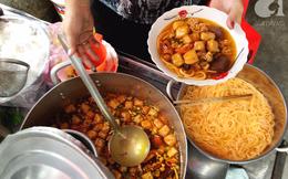 """Quán bún riêu gần 50 năm trong hẻm vắng Sài Gòn, khách ăn tự múc lấy để thấy """"nhà"""" là đây"""