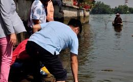 Người dân lội sông Sài Gòn cứu cá chép, tránh bị vợt, chích điện