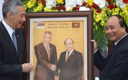 Thủ tướng Nguyễn Xuân Phúc tặng tranh gạo cho thủ tướng Singapore