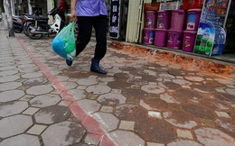 Xóa bỏ vạch sơn chia vỉa hè bằng gang tay cho người đi bộ