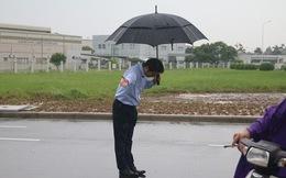 Hình ảnh được chia sẻ nhiều nhất hôm nay: Ông chủ người Nhật đội mưa, cúi người chào khách vào đổ xăng ở Hà Nội