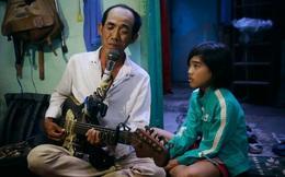 """Chuyện """"Tám mù"""" hát rong - Người cha lang thang khắp Sài Gòn bán tiếng ca, kiếm tiền chữa trị đôi mắt cho con gái"""