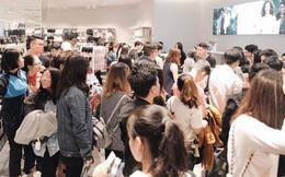 Khai trương H&M Hà Nội: Có hơn 2.000 người đổ về, các bạn trẻ vẫn phải xếp hàng dài chờ được vào mua sắm