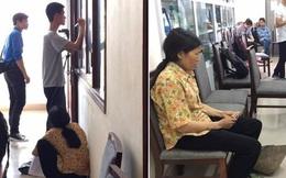Chuyện cảm động phía sau hình ảnh người mẹ cầm nón rách đứng đợi con nhập học