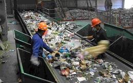 'Bơi' trong 8 tấn rác để tìm bằng được nhẫn kim cương  Thế giới