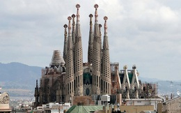 Công trình khổng lồ này bắt đầu thi công từ năm 1882, đến bây giờ chưa xong, dự tính sẽ hoàn thành vào năm 2026