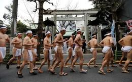 Mặc khố, tắm nước đá đón năm mới ở Nhật