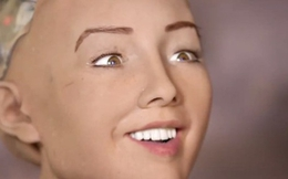 """Khuôn mặt thô và xấu của """"công dân robot"""" Sophia là có chủ đích! Lý do là..."""