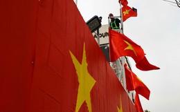 Hà Nội: Bức tường rào 500m2 phủ kín cờ đỏ sao vàng bất ngờ xuất hiện trên đường Nguyễn Trãi khiến người dân thích thú