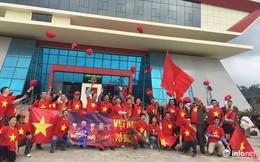 """Hàng trăm cổ động viên Việt Nam """"đi bộ"""" tới Trung Quốc cổ vũ U23 Việt Nam"""