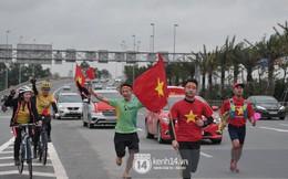 Người hâm mộ cầm cờ Tổ quốc, chạy bộ ra sân bay Nội Bài để đón U23 Việt Nam