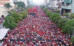 """Clip: Hàng triệu cổ động viên """"nhuộm đỏ"""" phố đi bộ Nguyễn Huệ, xem lại hình ảnh thôi cũng thấy rộn ràng cảm xúc"""