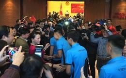 Được đón tiếp tại Quốc hội, đội U23 cùng ký tên lên lá cờ mang từ Lũng Cú về