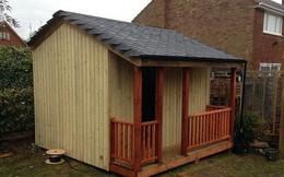 Thấy người đàn ông xây nhà gỗ, hàng xóm coi thường rồi sửng sốt khi được mời vào bên trong
