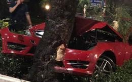 """Hà Nội: Xe Mercedes mất lái đâm gãy cây """"khủng"""" trên đường Thanh Niên"""