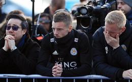 """Tập thể cầu thủ Leicester đứng """"chết lặng"""" trước khu tưởng niệm vị Chủ tịch quá cố"""