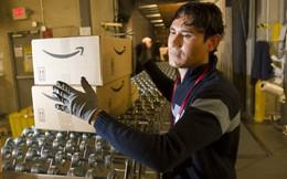"""Vì sao sau thời gian dài cứng rắn, Amazon cũng""""chịu"""" tăng lương cho nhân viên?"""