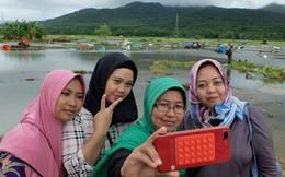 """Một số người Indonesia trở về vùng sóng thần tàn phá để chụp ảnh tự sướng: """"Cảnh hoang tàn mới được nhiều like"""""""