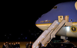 """Ông Trump đóng cửa chính phủ, đưa Không lực Một đến đón ông Bush """"cha"""""""
