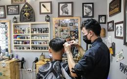 """Không có cả thời gian ăn trưa, thợ cắt tóc """"mỏi tay"""" kiếm bộn tiền ngày cận Tết"""