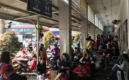 Bến xe Miền Tây: Người chen chân mua vé, kẻ ngồi thất thểu chờ xe về quê