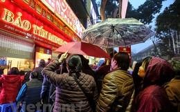 Dân Hà Nội đội mưa xếp hàng sớm mua vàng ngày Thần tài