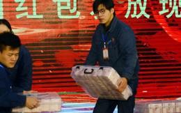 Nhân viên Trung Quốc khệ nệ bê tiền thưởng Tết, hai tay ôm mà vẫn thấy nặng