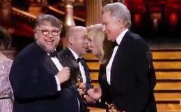 """Sợ bị trao nhầm giải, đạo diễn """"The Shape of Water"""" vừa lên sân khấu đã """"check"""" phong bì thật kĩ"""