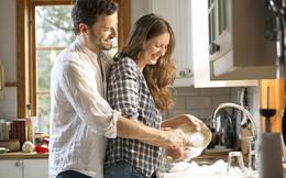 Nghiên cứu cho thấy chồng rửa bát cùng vợ sẽ giúp cải thiện cả... khả năng sinh lý
