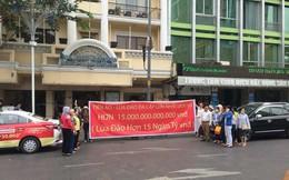 Cư dân Tp. HCM treo biển tố cáo tiền ảo đa cấp 15.000 tỷ đồng: 'Xin hãy cứu chúng tôi!'