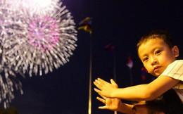 Biển người đổ ra bờ sông Sài Gòn xem bắn pháo hoa