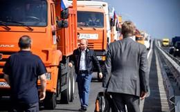 Video: Xem Tổng thống Putin trổ tài lái xe tải trên cây cầu dài nhất châu Âu