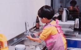 """Nghe nói """"chuẩn soái ca"""" là phải biết rửa bát giúp vợ, mẹ trẻ lập tức rèn giũa con trai ngay từ nhỏ"""