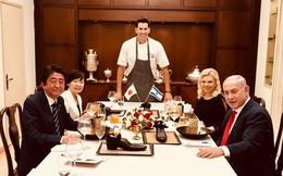 Thủ tướng Nhật được mời đồ ăn trong... giày ở Israel