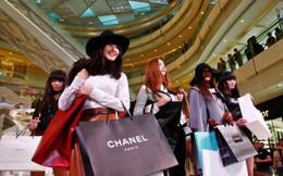 Người Trung Quốc đi mua hàng xa xỉ: Tiền mặt hay Wechat?