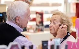 """Biết vợ mình sắp mất hẳn thị lực, cụ ông 83 tuổi đi học trang điểm để thành """"chuyên gia make-up"""" riêng của bà"""