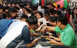 Clip: Hàng trăm người chen lấn xô đẩy tranh giành ăn buffet miễn phí gây náo loạn ở nhà hàng Cần Thơ